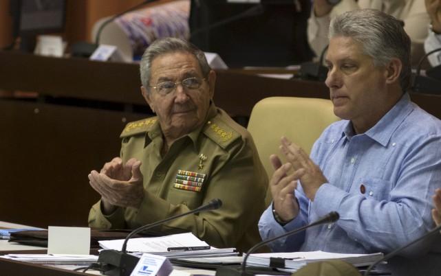 Le président Castro et le vice-président Miguel Diaz.... (Associated Press)