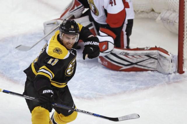 L'ailier des Bruins Jimmy Hayes a inscrit un... (Charles Krupa, AP)