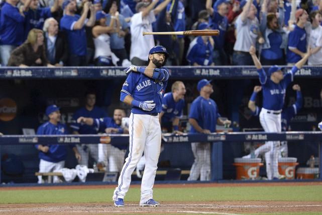 Jose Bautista projette son bâton dans les airs... (La Presse Canadienne, Chris Young)