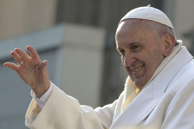 Le pape François salue la foule lors de... (PHOTO ANDREAS SOLARO, AFP)