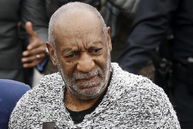 Mâchoire serrée, la démarche hésitante, Bill Cosby est... (Associated Press)