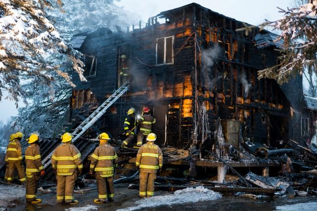 Un immeuble a été détruit par les flammes... (Olivier Croteau)