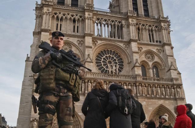 Quelque 11 000 militaires, policiers et pompiers seront... (Photo AP, Michel Euler)