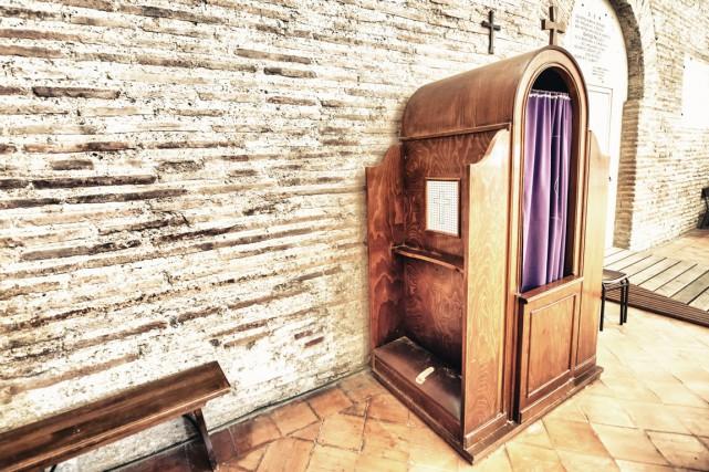 «Le prêtre peut se trouver dans un confessionnal... (123RF, Jovannig)