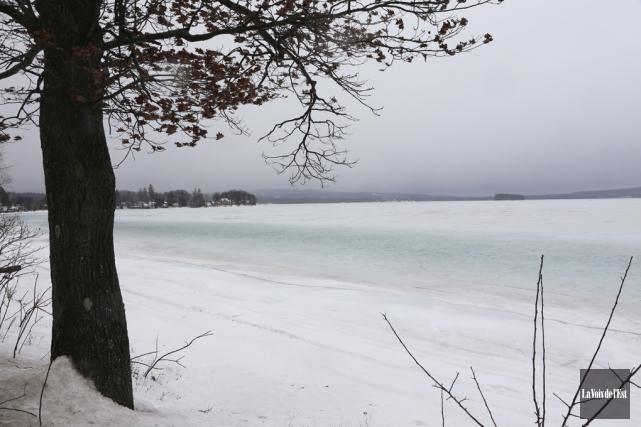 Les maisons et chalets autour du lac Brome... (photo Alain Dion, archives La Voix de l'Est)