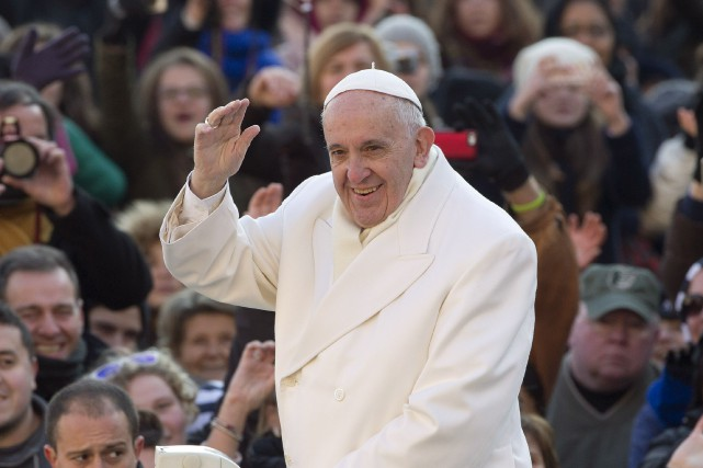 Le pape François arrivant à la place Saint-Pierre,... (AP, Andrew Medichini)