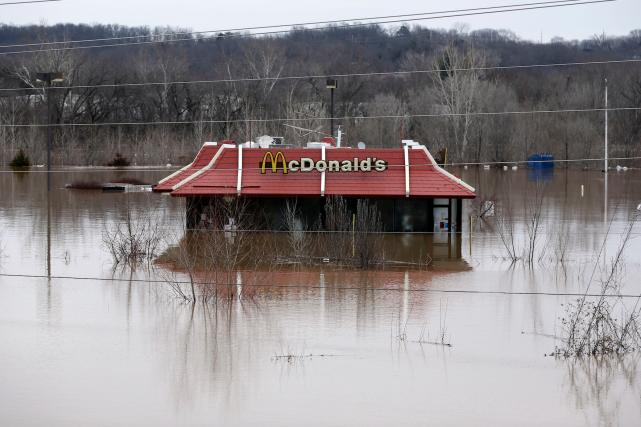 L'eau entoure ce restaurant McDonald à Union, au... (AP, Jeff Roberson)