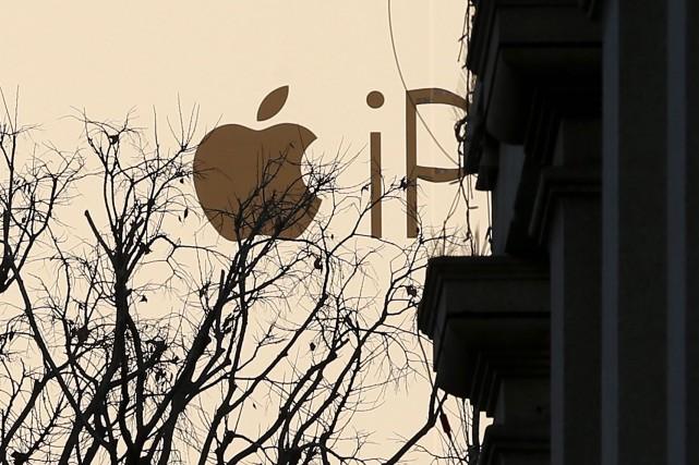 Un large panneau publicitaire d'Apple au centre-ville de... (AP, Antonio Calanni)