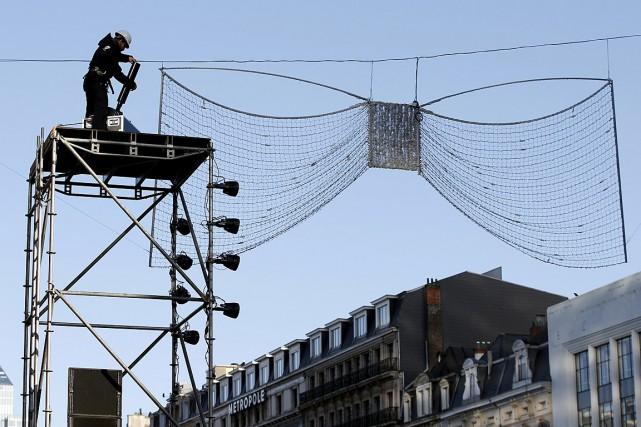 Un travailleur enlève des décorations qui devaient servir... (Photo Francois Lenoir, Reuters)