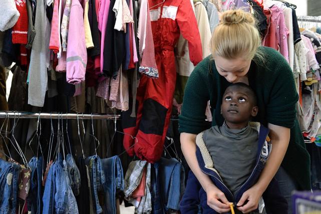 Une bénévole dans un centre d'aide pour réfugiés... (Archives AFP, Christof Stache)