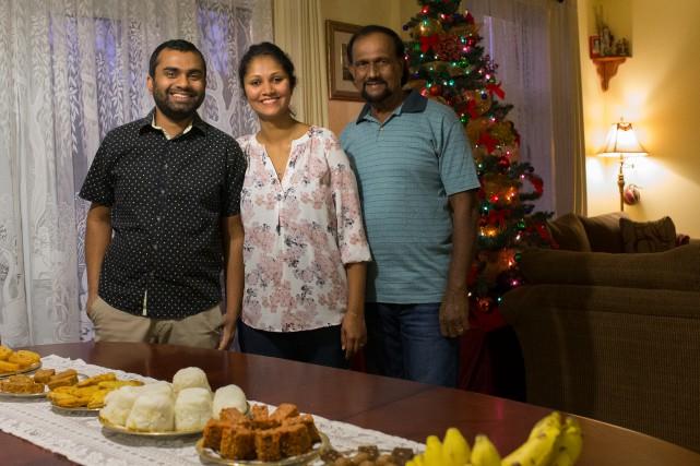 Dilini Perera (au centre) et son mari, Ramesh... (PHOTO OLIVIER PONTBRIAND, LA PRESSE)