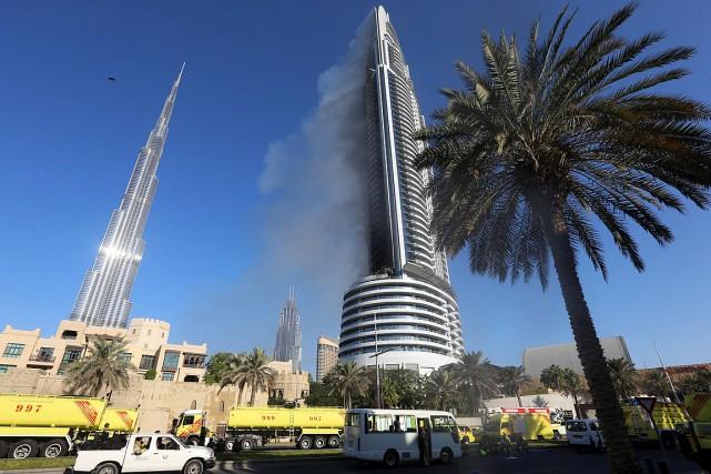 Le feu n'était pas totalement circonscrit vendredi en... (Photo Stringer, Reuters)