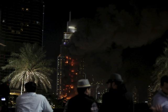 Selon les autorités, l'incendie a débuté au 20eétage... (Associated Press)