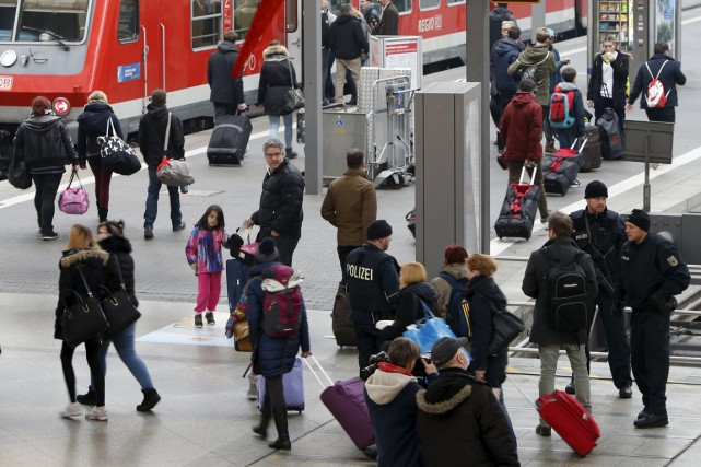 La police allemande surveille la gare centrale de... (Photo Michaela Rehle, Reuters)