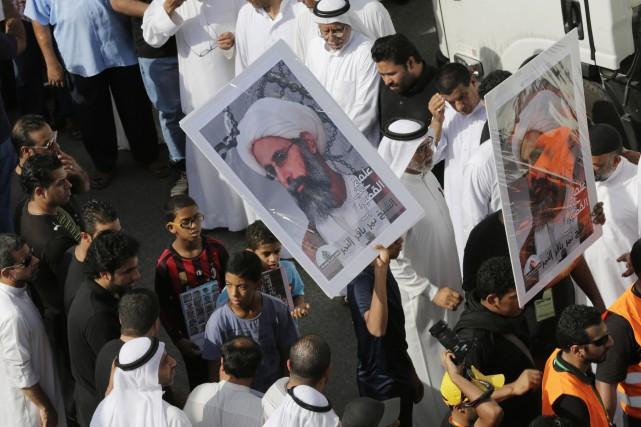 Des Saoudiens demandent la libération du chef religieux... (Archives AP, Hasan Jamali)