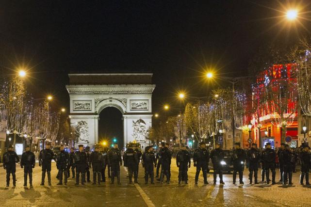 À Paris, toujours sous le choc des attentats... (AP, François Mori)
