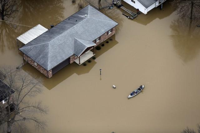 Les services météorologiques ont maintenu l'état d'alerte jusqu'à... (PHOTO JEFF ROBERSON, ASSOCIATED PRESS)