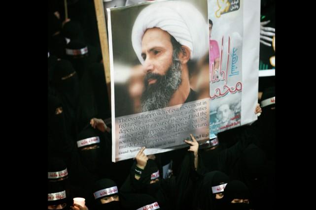 Le portrait du cheikh Nimr al-Nimrest brandi lors... (Photo archives AP)