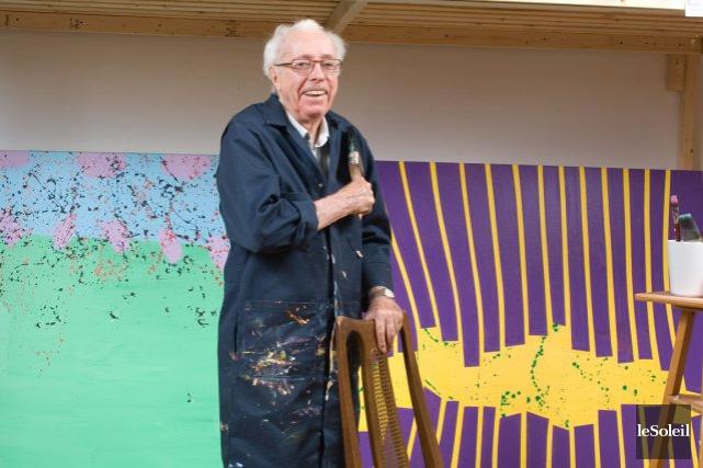 Marcel Barbeau dans son atelier devant deux tableaux... (Photothèque Le Soleil)