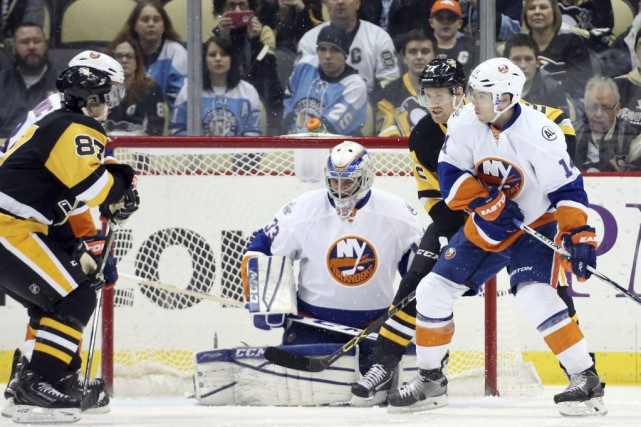 Le gardien des Islanders Christopher Gibson arrête un... (Charles LeClaire, USA Today Sports)