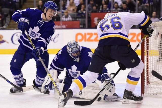 Le gardien des Maple Leafs Jonathan Bernier arrête... (Photo Frank Gunn, PC)