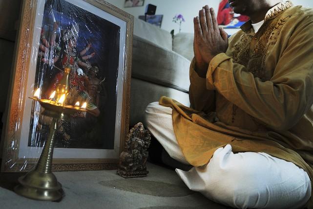 Cet hindouiste médite devant un «kuthu vilakku», une... (Photo Le Progrès-Dimanche, Rocket Lavoie)