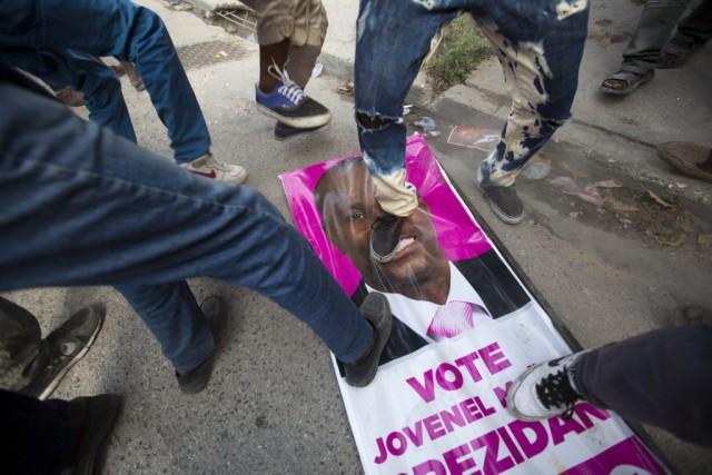Des employés des bureaux de vote sont intervenus... (Photo Dieu Nalio Chery, archives AP)