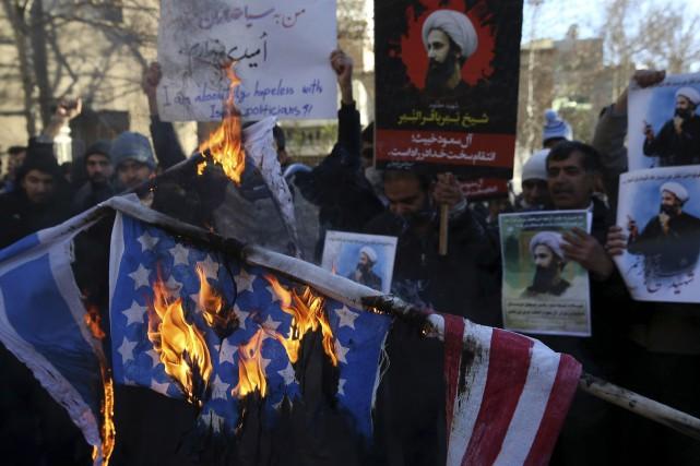 Devant l'ambassade saoudienne à Téhéran, des manifestants ont... (Associated Press)