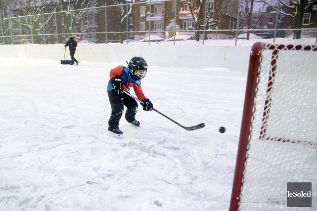 Des chanceux ont pu jouer au hockey à... (Le Soleil, Jean-Marie Villeneuve)