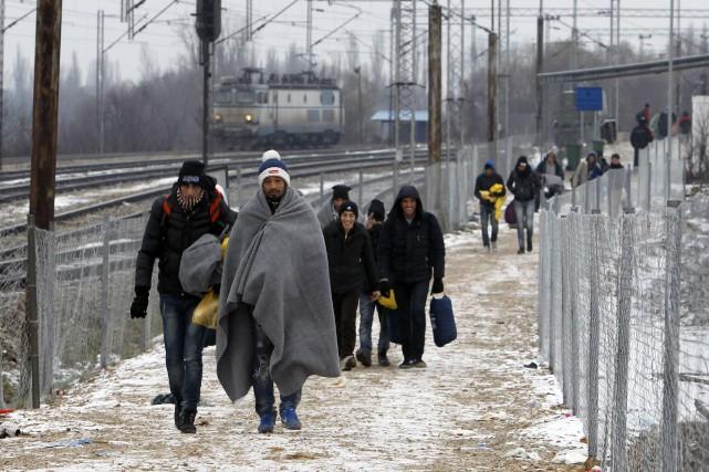 Des réfugiés continuent leur périple européen dans une... (Associated Press)