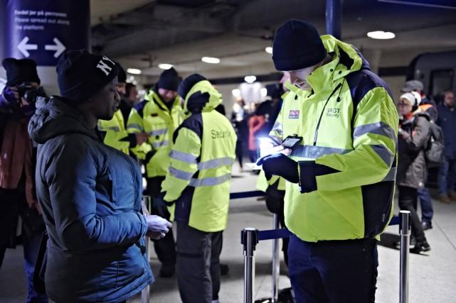 Les contrôles imposés par la Suède s'effectuent en... (PHOTO TARIQ MIKKEL KHAN, POLFOTO/AP)