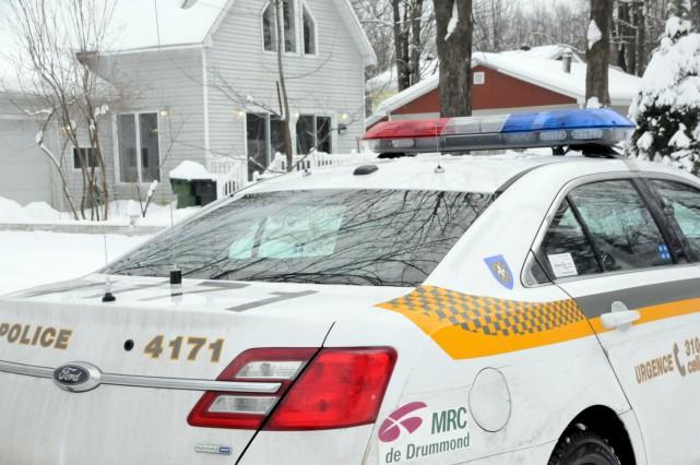 Les policiers enquêtent sur la mort suspecte d'une... (Photo collaboration spéciale Éric Beaupré)