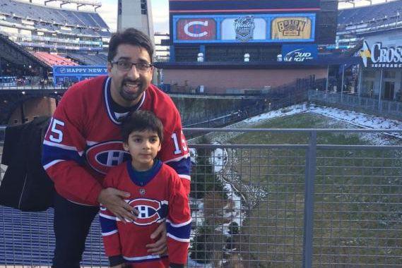 Syed Adam Ahmed avec son père au Gillette... (PHOTO TIRÉE DE TWITTER)