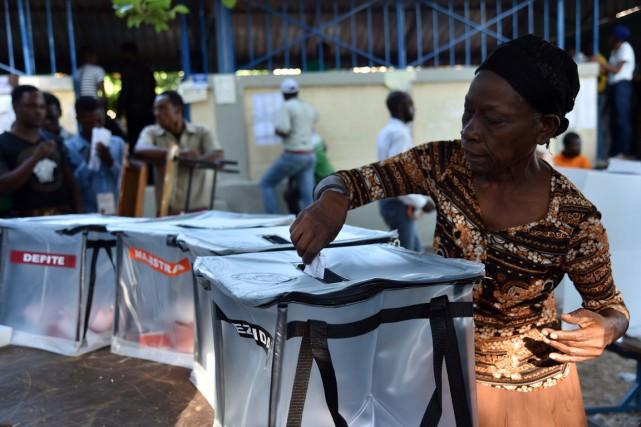 Un comité responsable d'enquêter sur le premier tour contesté de l'élection... (Photo AFP)