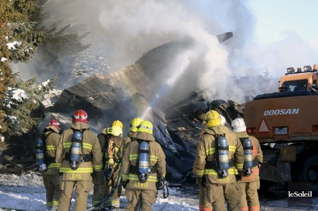À l'arrivée des pompiers, le feu avait éclaté... (Le Soleil, Jean-Marie Villeneuve)