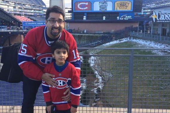 Syed Adam Ahmed avec son père au Gillette... (Twitter)