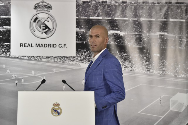 «Zizou» aura la tâche de relever le Real... (AFP, Gerard Julien)