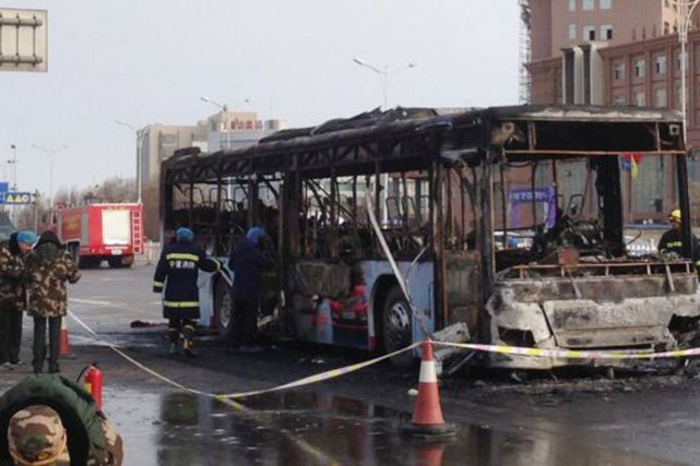 Un bus a «pris feu soudainement» avant l'aube... (PHOTO BBC)