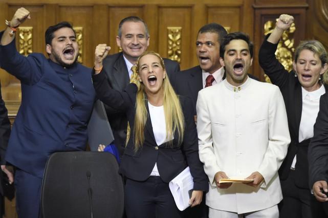 Lilian Tintori (au centre) - la femme de... (PHOTO JUAN BARRETO, AFP)