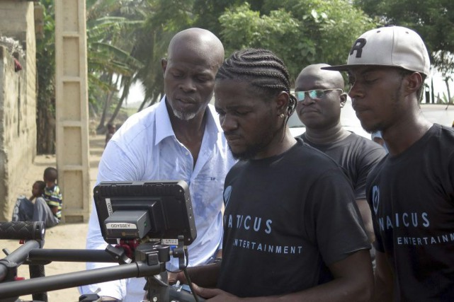 Djimon Hounsou (à gauche) supervise le tournage du... (PHOTO AFP)