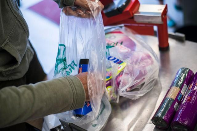 «Ces dernières années, le sac en plastique est... (PHOTOFRED DUFOUR, ARCHIVES AGENCE FRANCE-PRESSE)