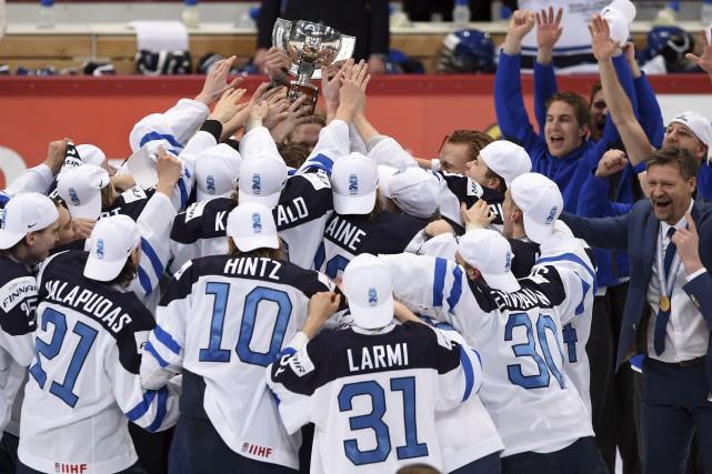 Les Finlandais célèbrent leur victoire 4-3 contre la... (La Presse Canadienne)