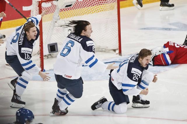 Kasperi Kapanen (à droite) a donné la victoire... (Associated Press)