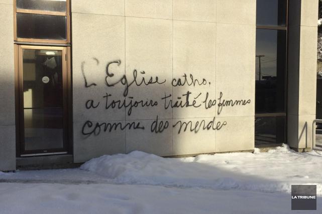 Un graffiti réalisé sur le mur du palais... (La Tribune, René-Charles Quirion)
