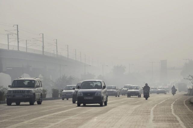 Des véhicules roulent dans la capitale indienne enveloppée... (PHOTO ALTAF QADRI, ARCHIVES AP)