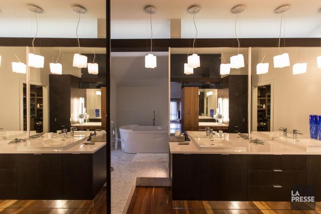 Les grands miroirs de la salle de bains... (PHOTO OLIVIER PONTBRIAND, LA PRESSE)