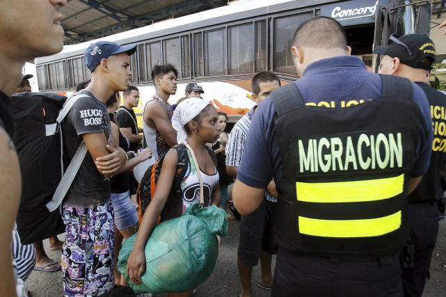 Bloqués au Costa Rica à la frontière du... (PHOTO JUAN CARLOS ULATE, REUTERS)