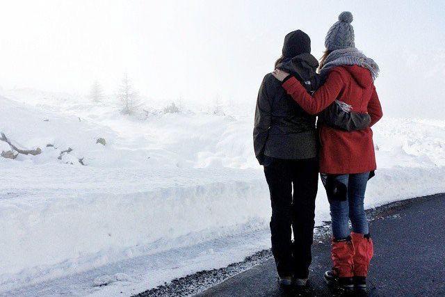 Lara Miller (à gauche) en compagnie d'une amie,... (Photo tirée du compte Instagram Love, Walk, Eat, See)