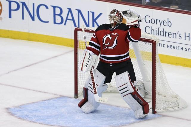 Le gardien partant des Devils, Cory Schneider,vient au... (Photo Mel Evans, AP)