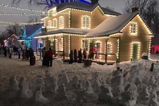 Le village illuminé du Village québécois d'antan a connu une importante halte... (Photo tirée de Facebook)